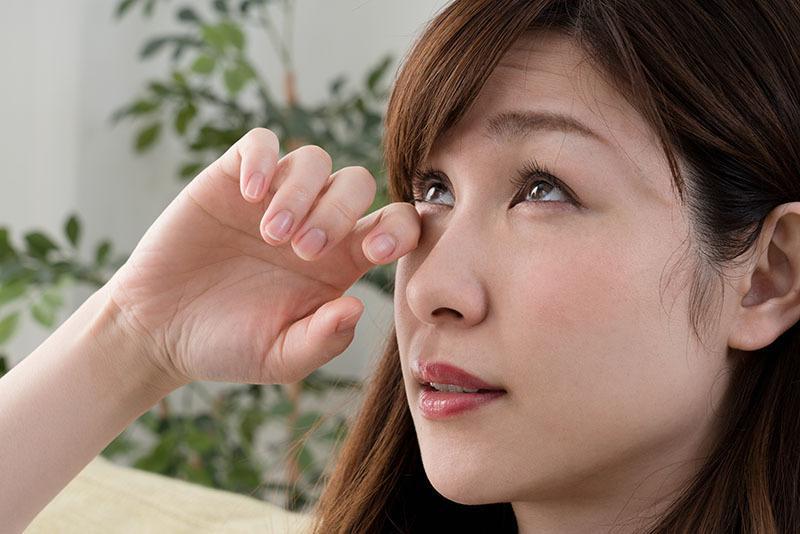 women experiencing seasonal eye allergies